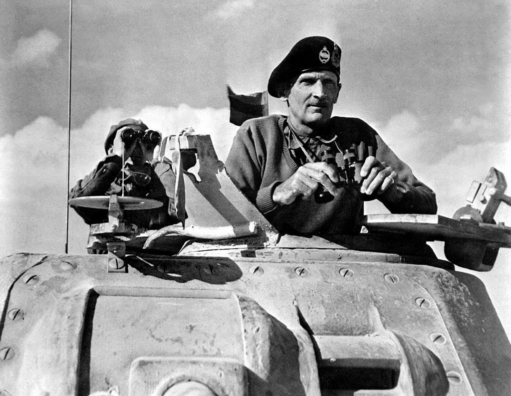 """""""Monty"""" lakabıyla anılan Birleşik Krallık Kara Kuvvetleri 8. Ordu komutanı General Bernard Montgomery, II. El Alameyn Muharebesi sırasında M3 Grant tankının top kulesinde (Kuzey Afrika, Kasım 1942). Arkasında dürbünle etrafını izleyen yaveri 1945'te çatışmada öldü."""